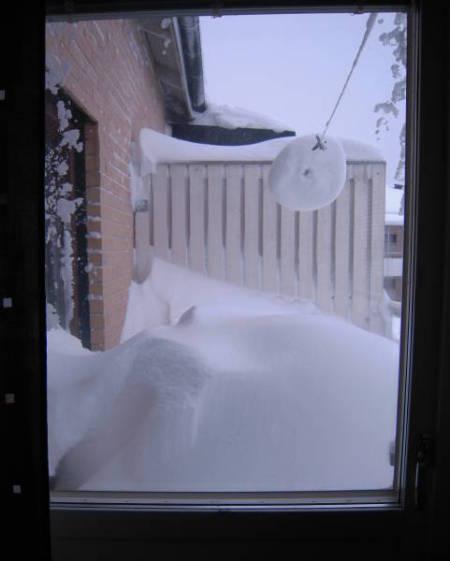 [Bild: Snön på balkongen, sett från köket]