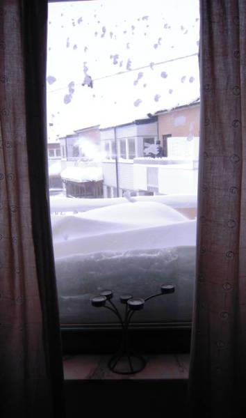 [Bild: Linus kikar på all snö på sovrummet]