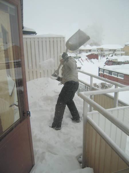 [Bild: Sonen fixar bort snön på östra balkongen]