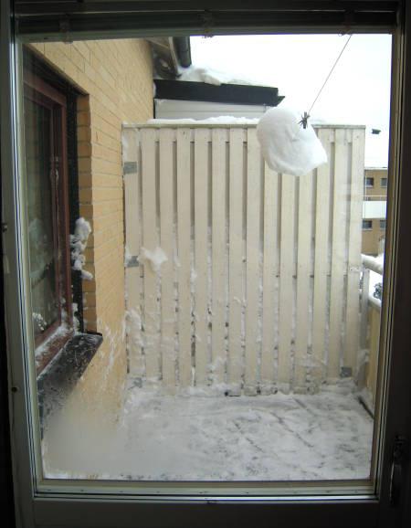 [Bild: Snö på västra balkongen - borta]