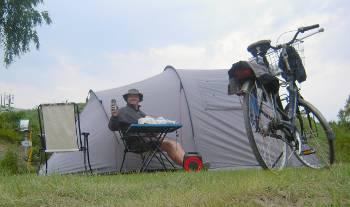 [Bild: Nisse och tältet]