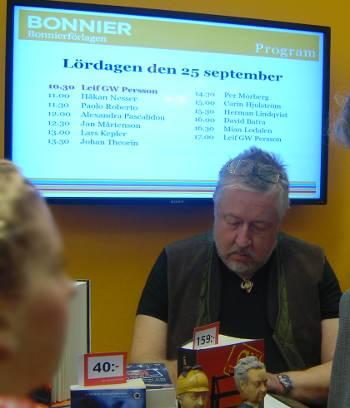 [Bild: Leif GW Persson signerar]