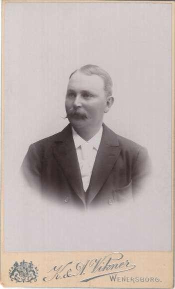 [Bild: Klas Emil Larsson (1857-1936)]