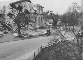 [Bild: Trollhättan, Skoftebyn, Gamla skolan rivs, 1973]