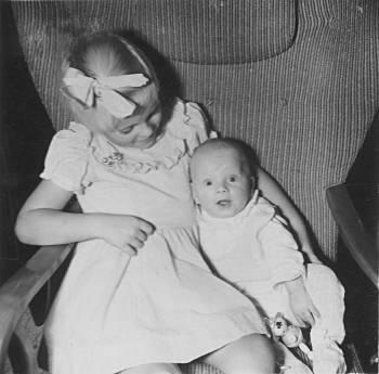 [Bild: Min syster och lilla jag 1955]