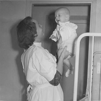 [Bild: morVivan och lillNisse på sjukhus 1/1 1956]