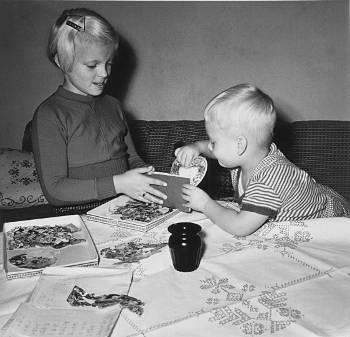 [Bild: systerAM och lillNisse grejar med bokmärken 11/10 1957]