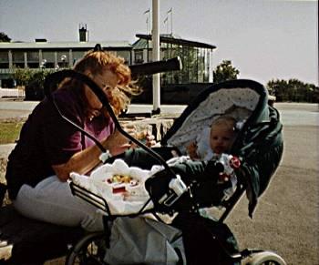 [Bild: Sofia och hennes mamma 1995]