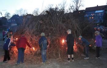 [Bild: Scouterna tänder brasan, Valborg, Blåsut.]