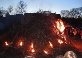 [Bild: Brasan innan den blir svår att ta bild på, Valborg, Blåsut.]