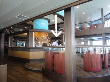 [Bild: Bar och bartdender på färjan från Las Palmas till Santa Ceuz]