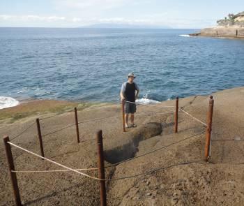 [Bild: Nisse och hålet. Costa Adeje, Teneriffa.]