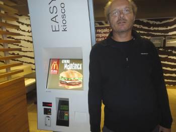 [Bild: Nisse i en grön McDonalds, St Cruz, Teneriffa.]