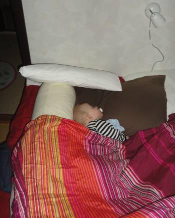[Bild: Sixten sover i min säng]