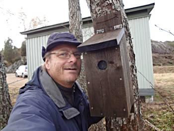 [Bild: Nisse ute på GPSgömmejakt och vid en s.k. fågelholkgömma]