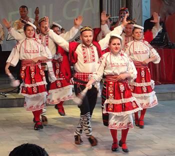 [Bild: Bulgarisk folkdans]
