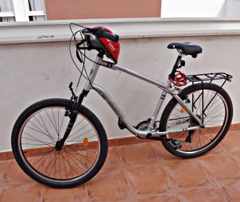 [Bild: Cykel, hjälm & lås samt pakethållare]