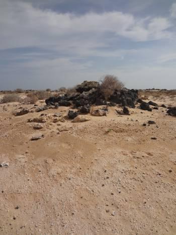 [Bild.: Corralejo Sandöken med sediment och en stenhög, Fuerteventura]