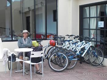 [Bild: Nisse, ryggan, käppen, cykeln och hyrcyklar utanför Alisios Playas reception. Corralejo. Fuerteventura.]