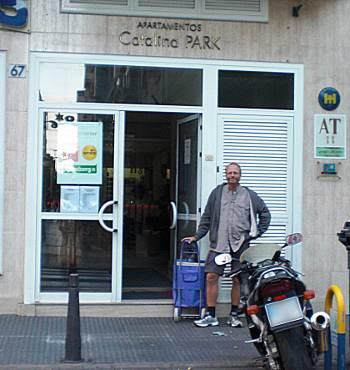 [Bild: Nisse med dramaten utanför boendet i Las Palmas, Gran Canaria]