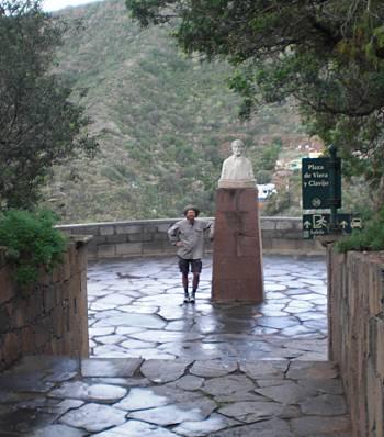 [Bild: Nisse vid trädgårdens övre, södra ingång. Jardin Botanico Canario. Barracon de Guiniguada. Gran Canaria.]