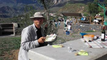 [Bild: Nisse käkar potatismos. Grillplatsen vid Santa Lucia. Gran Canaria.]