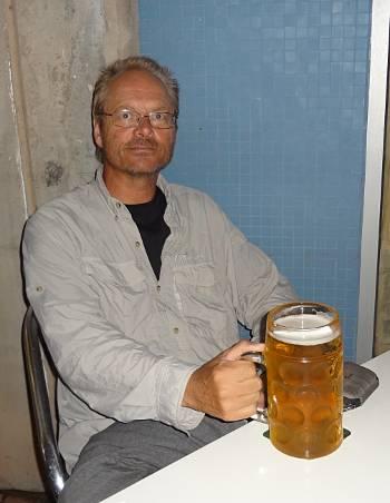 [Bild: Nisse med stor öl. Las Palmas. Gran Canaria.]