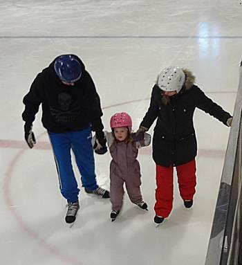 [Bild: Svärson, Tova och Dotter ute på hal is]