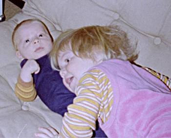 [Bild: Dottern med nya lillebror. Början på februari 1981]