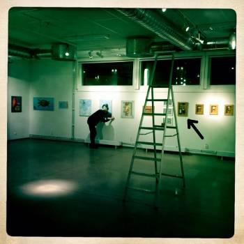 [Bild: Anna Niklasson hänger tavlor på utställningen Entrance]