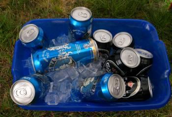 [Bild: Espevik Camping. Öl på kylning i tältet.]