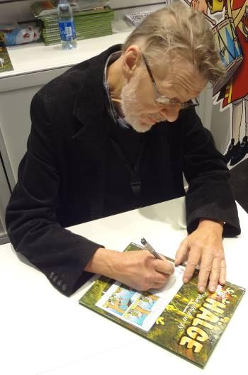 [Bild: Lars Mortimer signerar Älgpasset]