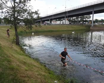 [Bild: 2:a varvet. Första hindret. Ned i vatten igen.]