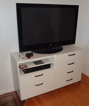 [Bild: Handtag på plats på nya TV-möbeln]