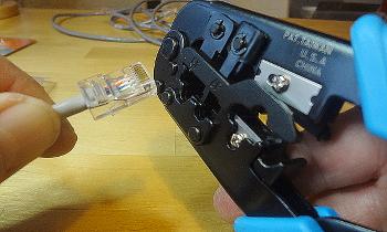 [Bild: Kabel och kontakt förs in i pressverktyget]