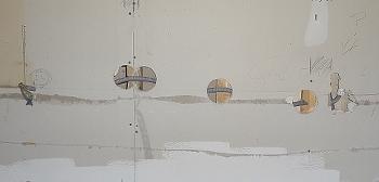 [Bild: Närbild på dragning av nya EL-kablar för IKEA bänkbelysning del 2]