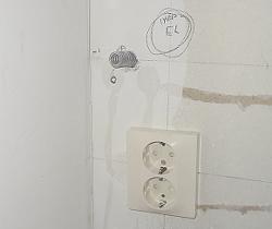 [Bild: Närbild på dragning av nya EL-kablar för IKEA bänkbelysning del 1]