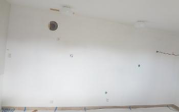 [Bild: Första strykningen av väggen som senare kommer att döljas helt av köksutrustning...]