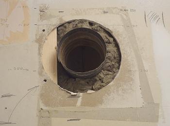 [Bild: Ventialtionsröret innan målning (av väggen)]