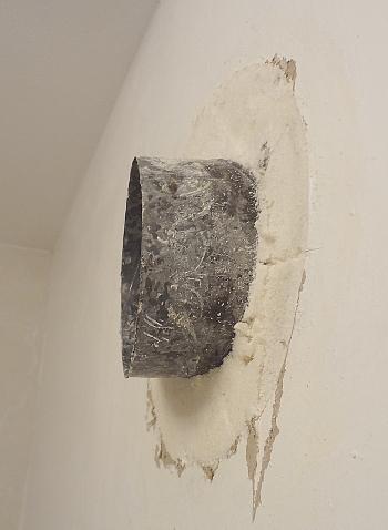 [Bild: Ventialtionsröret, det utputande fogskummet borttaget, sidobild]