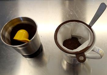 [Bild: Nytt kaffefilter och nymalet kaffe]