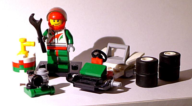 [Bild: LEGO minifugur cty435 med bränsletunna, däck och racerbil]