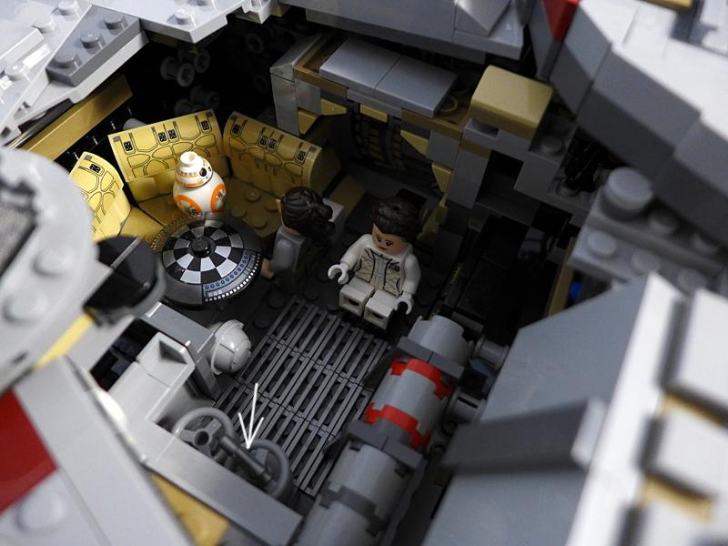 [Bild: LEGO 75192 Prinsessan Leia, Rey & BB-8 på plats in navigeringsrummet]