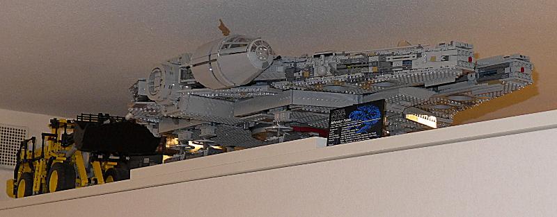 [Bild: LEGO 75192 På plats, uppe vid taket - lite närmre]