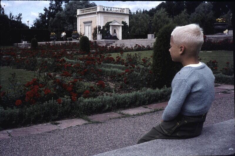 [Bild: 7 år ung Nisse sitter och funderar i Rottneros Park 1961]