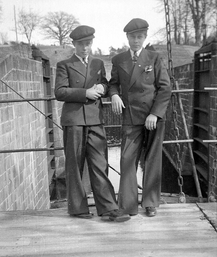 [Bild: 1942 Kanske. Bröderna Nils och Arne vid Slussområdet i Trollhättan.]