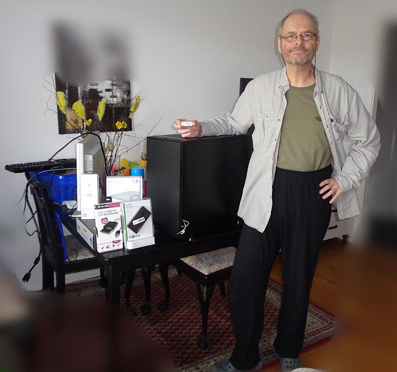 [Bild: Jag och nya datorn - med tillbehör]