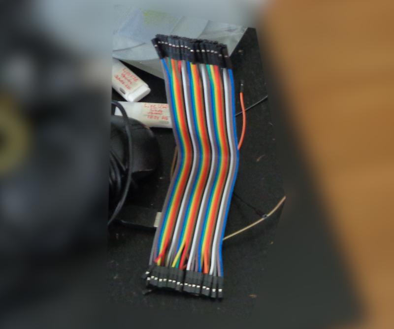 [Bild: Kablar som ska användas till sensorn BME280 och Raspberry Pi 3B+]
