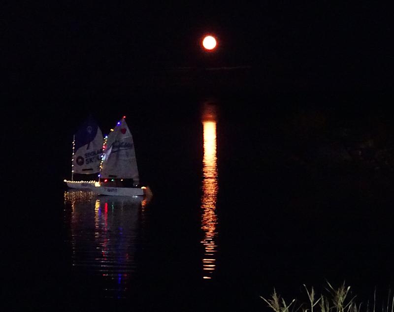[Bild: Månen och Båtar med belysning]