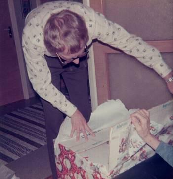 [Bild: Pappa Nils och julklapp som innehåller en höna 24/12 1975]